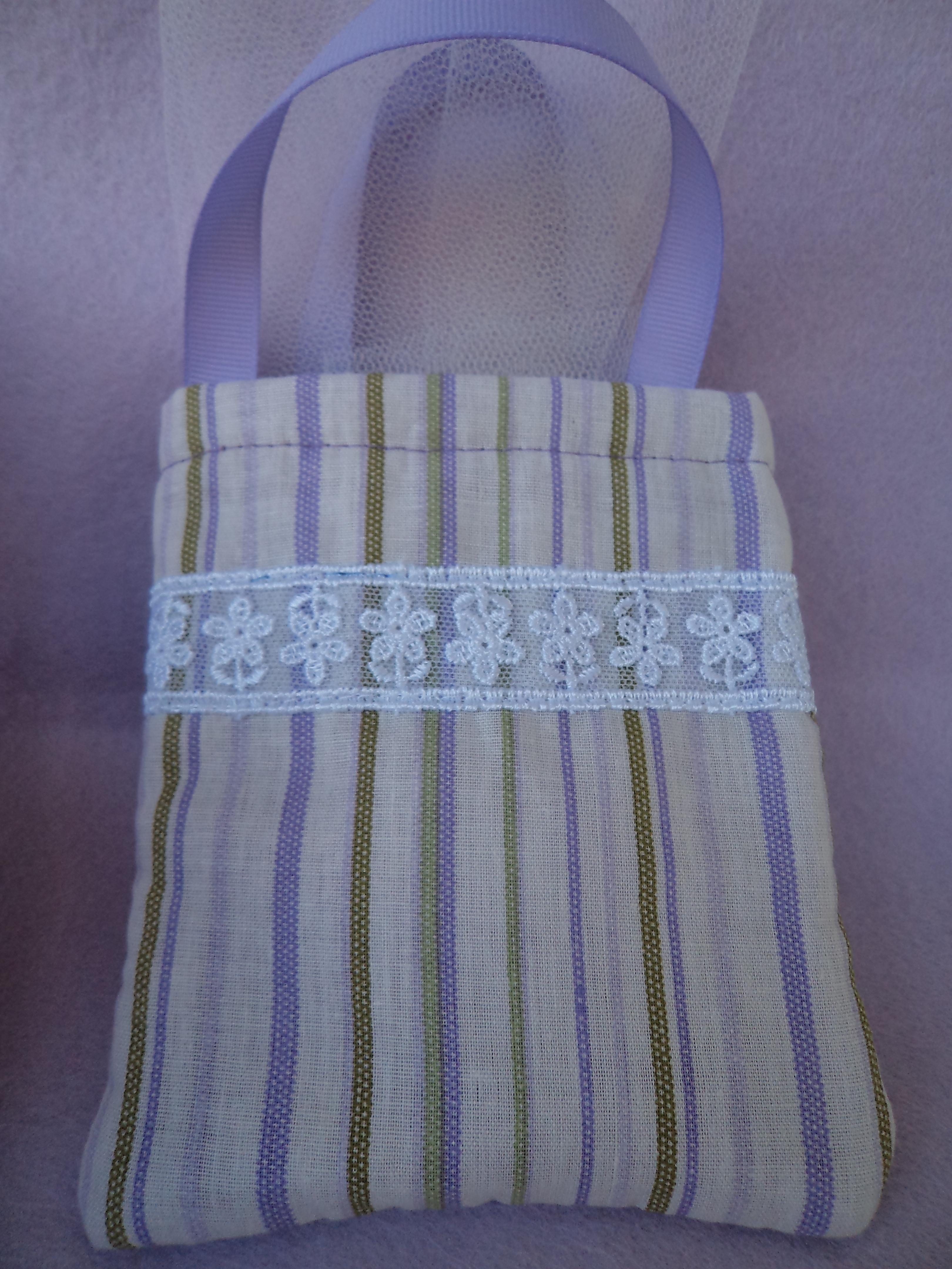 595f04f41d Υφασμάτινο χειροποίητο τσαντάκι για βάπτιση κοριτσιού επενδυμένο με μωβ  τσόχα και διακοσμημένο με τρέσα από δαντέλα και χερούλια από μωβ κορδέλα  γκρο.